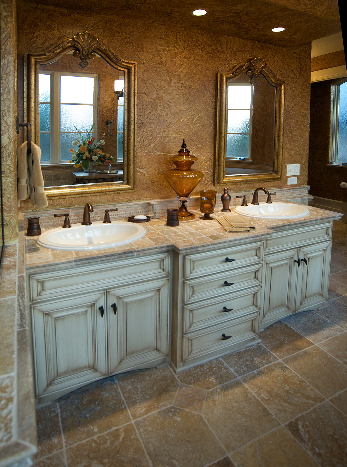 Mullet cabinet traditional vanity bathroom for Master bath vanities pictures